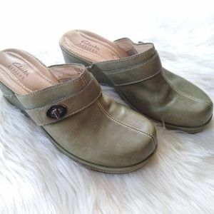 Clark's Artisan • green leather clogs mules